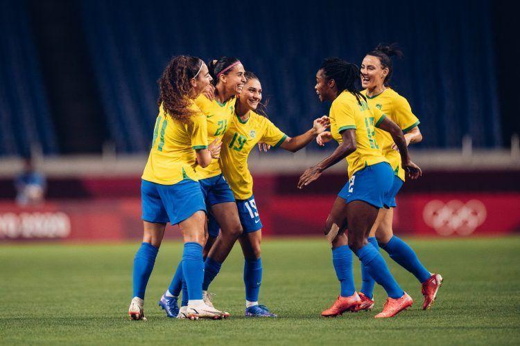 Brasil pasa a cuartos sin brillar