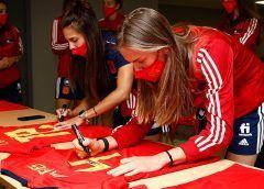 Las jugadoras de la selección subastan sus camisetas para una causa solidaria